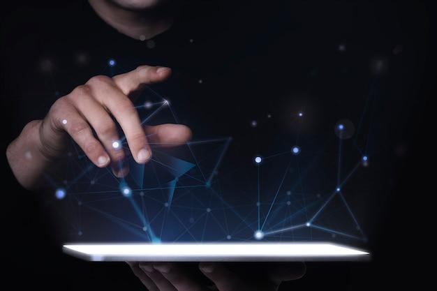 Man met behulp van digitale tablet psd mockup slimme technologie
