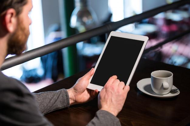 Man met behulp van digitale tablet