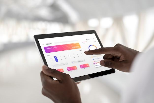 Man met behulp van een digitale tablet