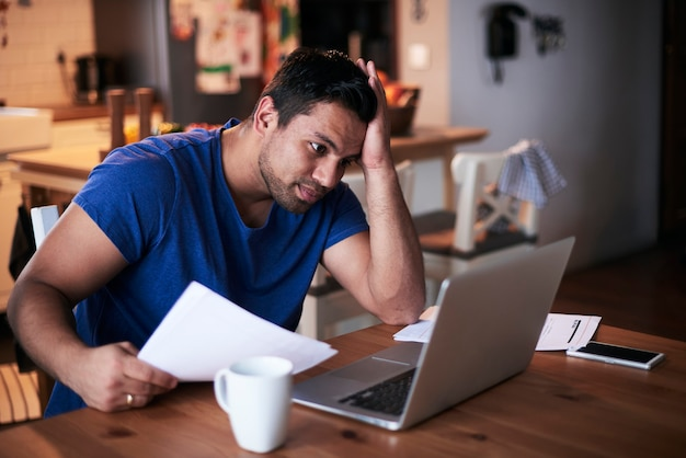 Man met behulp van een laptop thuis