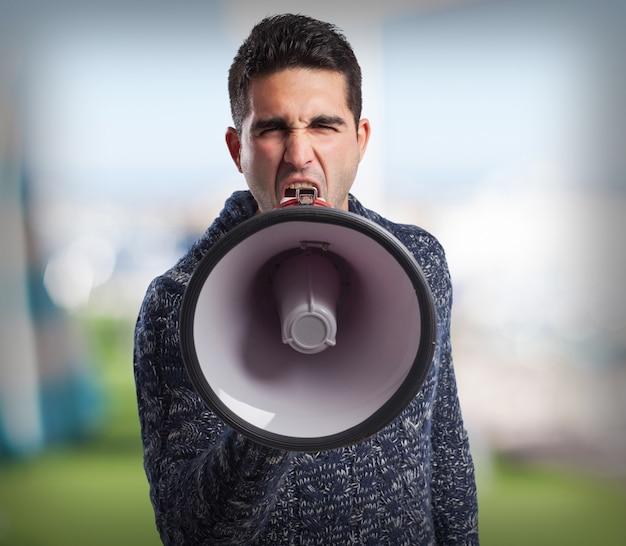 Man met behulp van een megafoon