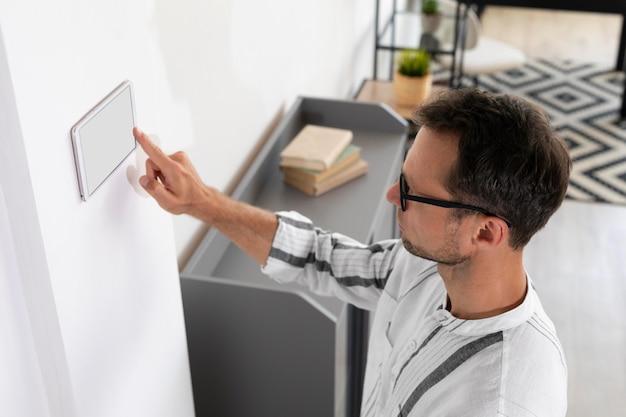Man met behulp van een smart home-tablet