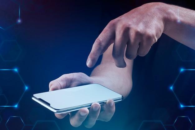 Man met behulp van een smartphone digitale remix