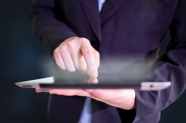 Man met behulp van een tablet pc.