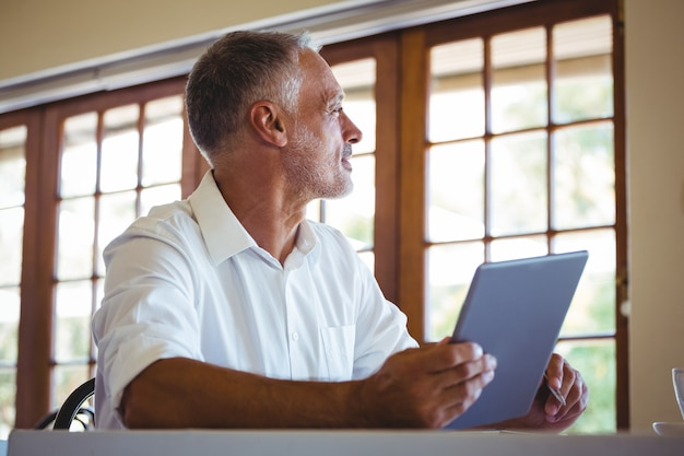 Man met behulp van een tablet