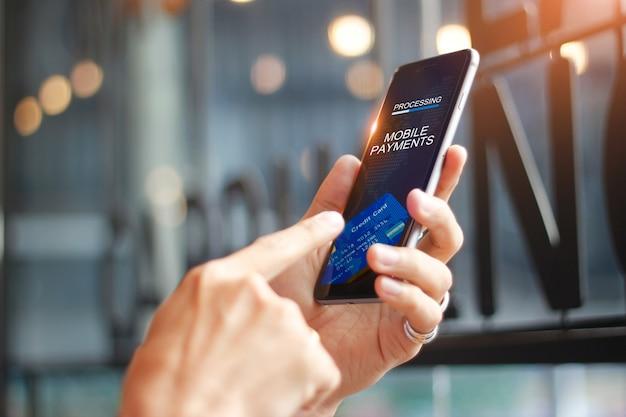 Man met behulp van mobiele betalingen online winkelen netwerkverbinding op het scherm