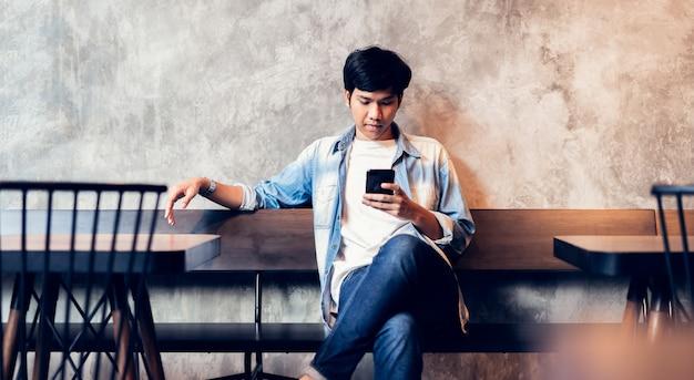 Man met behulp van smartphone