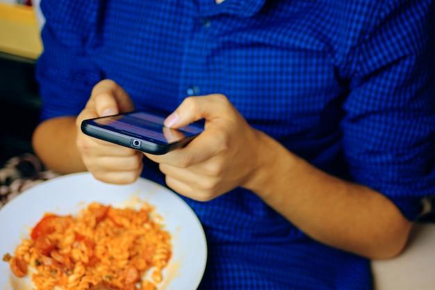 Man met behulp van smartphone.