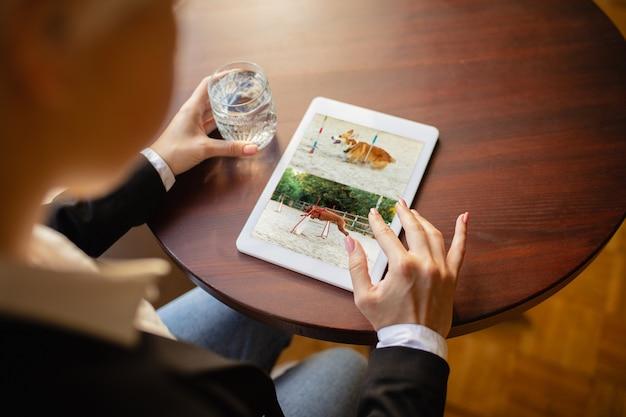 Man met behulp van tablet voor videocall terwijl drinkwater