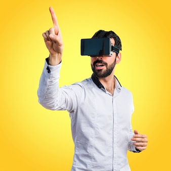 Man met behulp van vr-bril aan te raken op transparant scherm op kleurrijke achtergrond