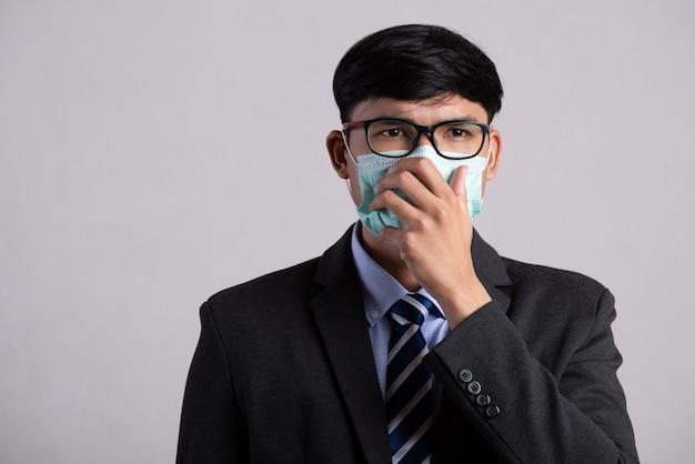 Man met beschermend gezichtsmasker, coronavirus en pm 2.5 vechten