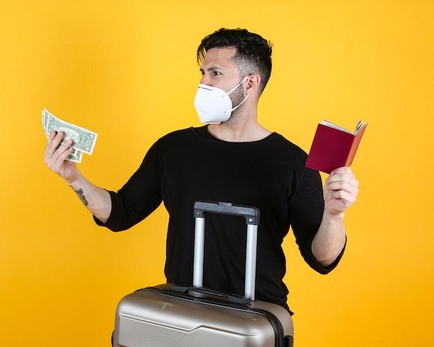 Man met beschermend masker koffer en paspoort, luisteren naar muziek,