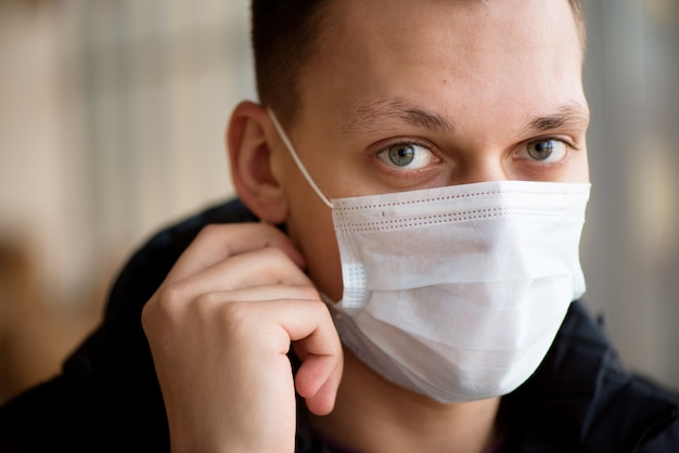 Man met beschermend masker