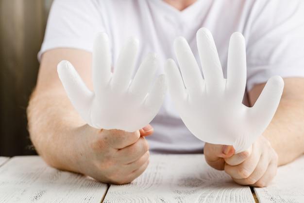 Man met beschermende handschoenen