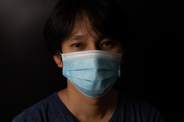 Man met bescherming gezichtsmasker