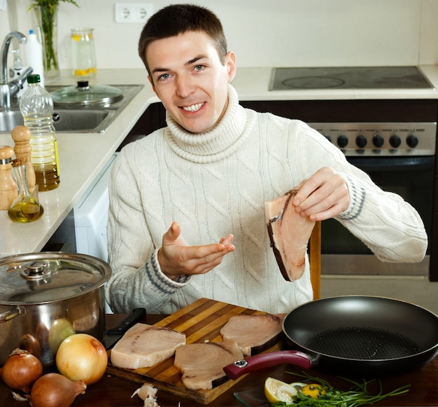 Man met biefstuk thuis