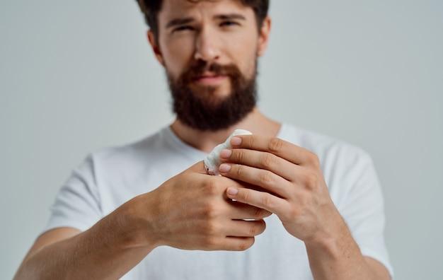 Man met bijgesneden duim gezondheidsproblemen letsel patiënt