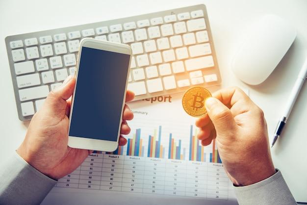Man met bitcoin en achtergrond met slimme telefoons