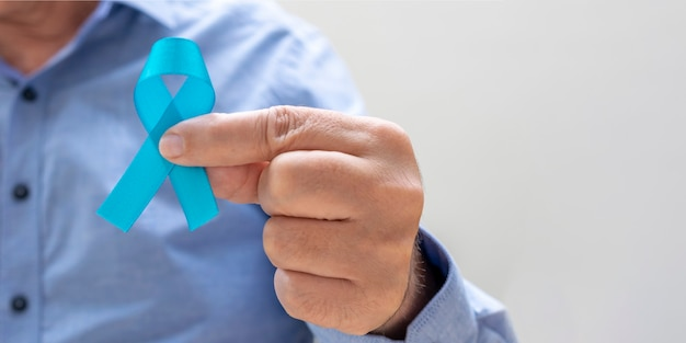 Man met blauw lint. blauwe november. prostaatkanker preventie maand. de gezondheid van mannen.
