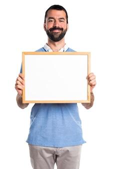 Man met blauw shirt met een lege plakkaart