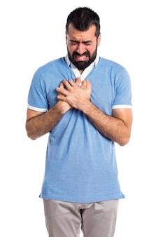 Man met blauw shirt met hart pijn