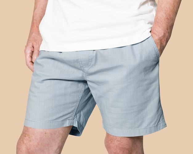 Man met blauwe korte broek close-up