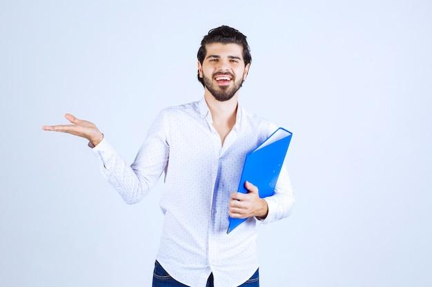 Man met blauwe map die zijn collega aan de linkerkant voorstelt
