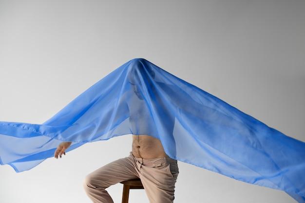 Man met blauwe sjaal op zijn hoofd