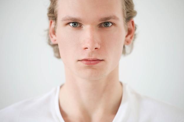 Man met blond haar en wit overhemd