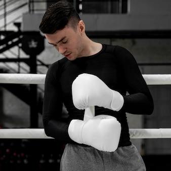 Man met bokshandschoenen training