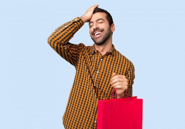 Man met boodschappentassen heeft net iets gerealiseerd en heeft de oplossing voor ogen