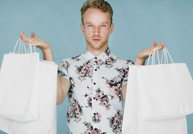 Man met boodschappentassen op een blauwe achtergrond