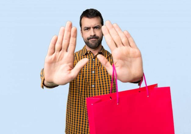 Man met boodschappentassen stop gebaar maken voor teleurgesteld met een mening