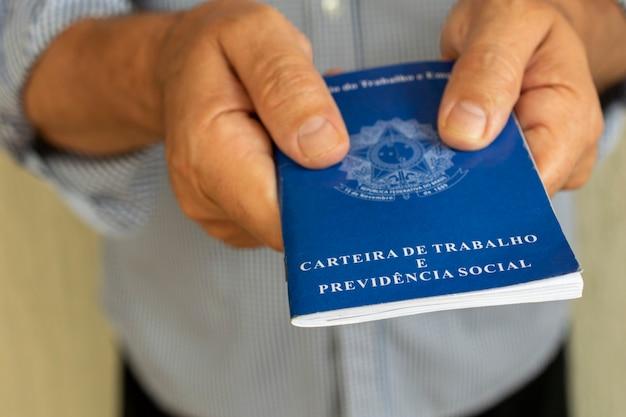 Man met braziliaanse werkkaart. concept van werkgelegenheid en salarisverhoging.