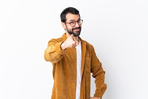 Man met bril en geel shirt