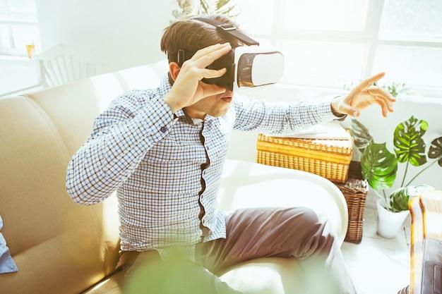 Man met bril van virtual reality