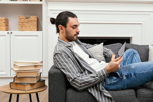Man met broodje met behulp van een digitaal apparaat