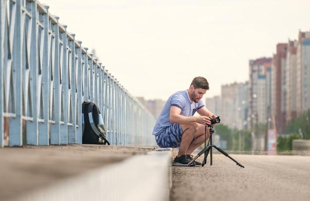 Man met camera op statief