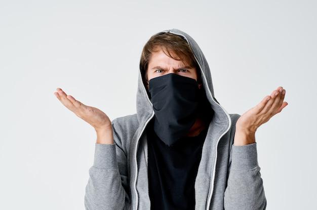 Man met capuchon met masker anonimiteit diefstal pestkop sluipt