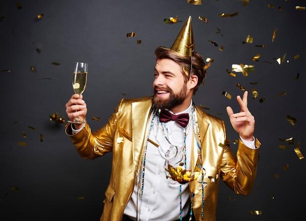 Man met champagne fluit groet nieuwjaarsdag