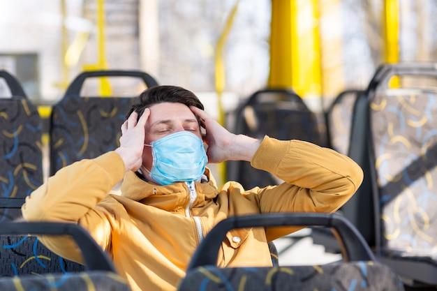 Man met chirurgisch masker in het openbaar vervoer