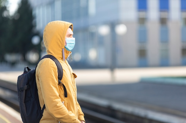 Man met chirurgische masker buiten