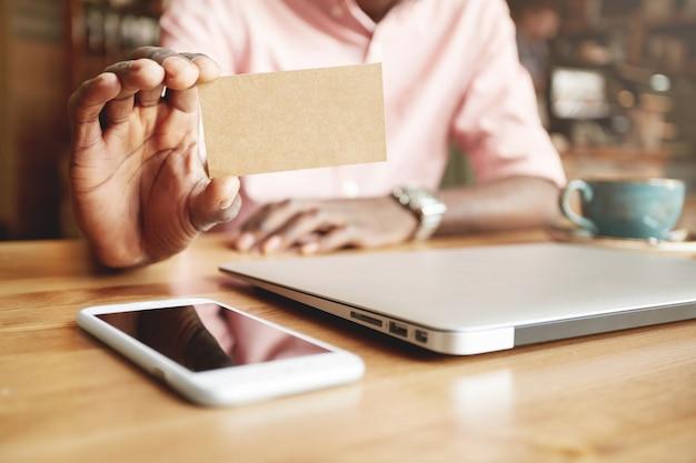 Man met creditcard close-up