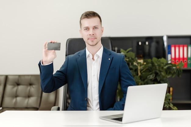 Man met creditcard voor betalingen op kantoor