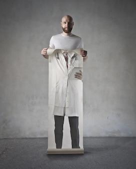 Man met de kleding van een dokter