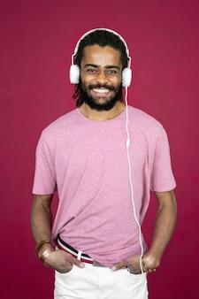Man met dreadlocks hoofdtelefoon dragen