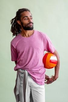 Man met dreads spelen basketbal terwijl weg op zoek