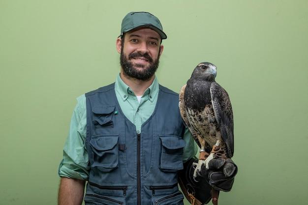 Man met een adelaar met zwarte borst