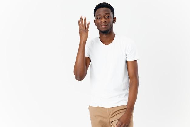 Man met een afrikaans uiterlijk toont vingers, emoties, moderne typen