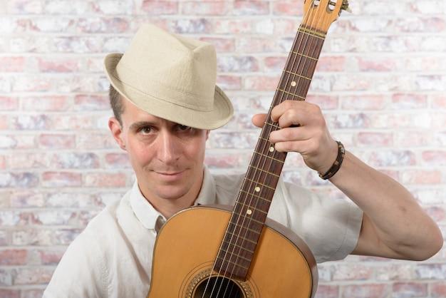 Man met een akoestische gitaar in zijn handen